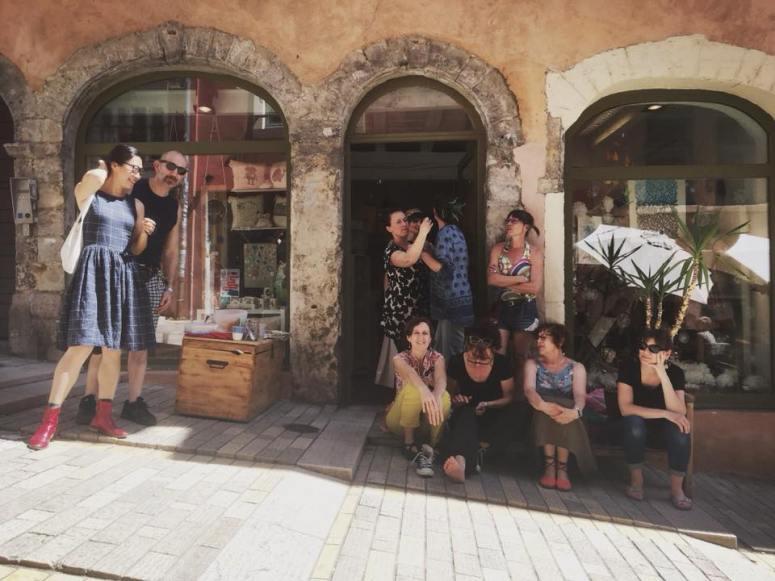 Groupe devant boutique